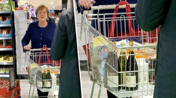 Thủ tướng Đức Angela Merkel tại siêu thị ở Mitte, Berlin, chiều 21/3. Ảnh: Splashnews.