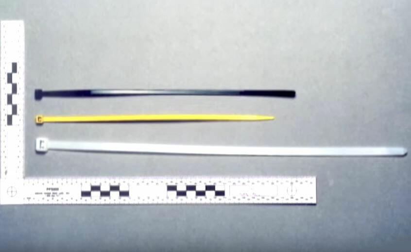 Hung thủ dùng ba sợi dây rút nhựa để gây án. Ảnh: Filmrise.