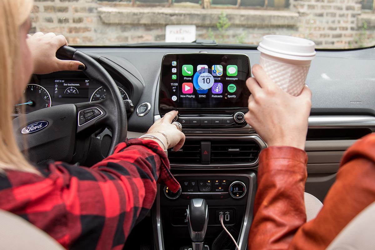 Apple CarPlay trên xe hơi. Ảnh: Cars