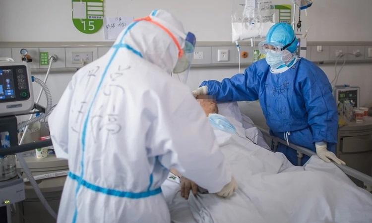 Bác sĩ điều trị cho bệnh nhân nhiễm nCoV tại một bệnh viện ở Vũ Hán, tỉnh Hồ Bắc, Trung Quốc hồi tháng 2. Ảnh: Xinhua.