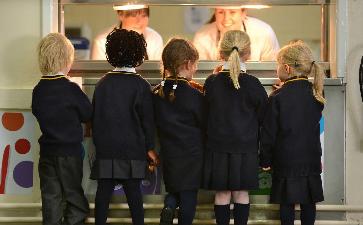 Trẻ nhận bữa trưa tại trường học Anh. Ảnh:Alamy