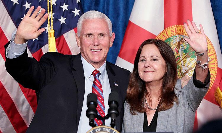 Vợ chồng Phó tổng thống Mỹ Mike Pence tại một sự kiện ở Kissimmee, bang Florida hôm 16/1. Ảnh: AP.