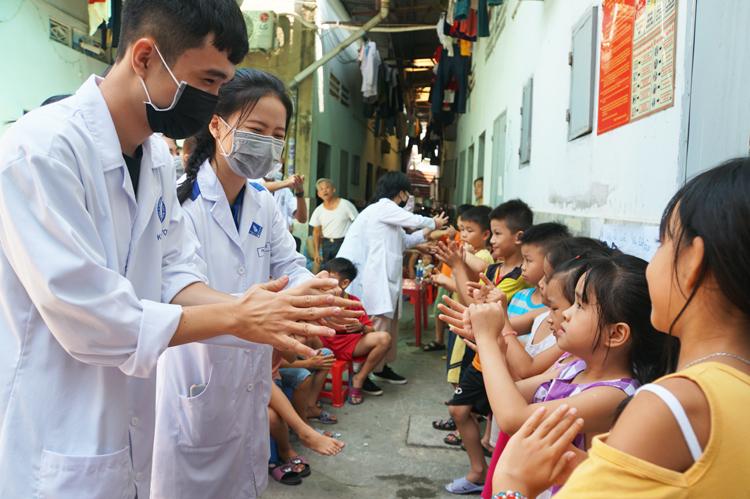 Đội tình nguyện hướng dẫn trẻ em khu trọ phường Bình Chiểu (quận Thủ Đức) cách rửa tay. Ảnh: Mạnh Tùng.