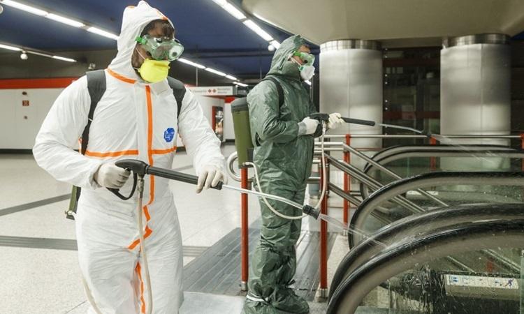 Công nhân phun khử trùngtại Ga tàu điện ngầm Nuevos Ministryios ở Madrid, Tây Ban Nha hôm 20/3. Ảnh: AFP.