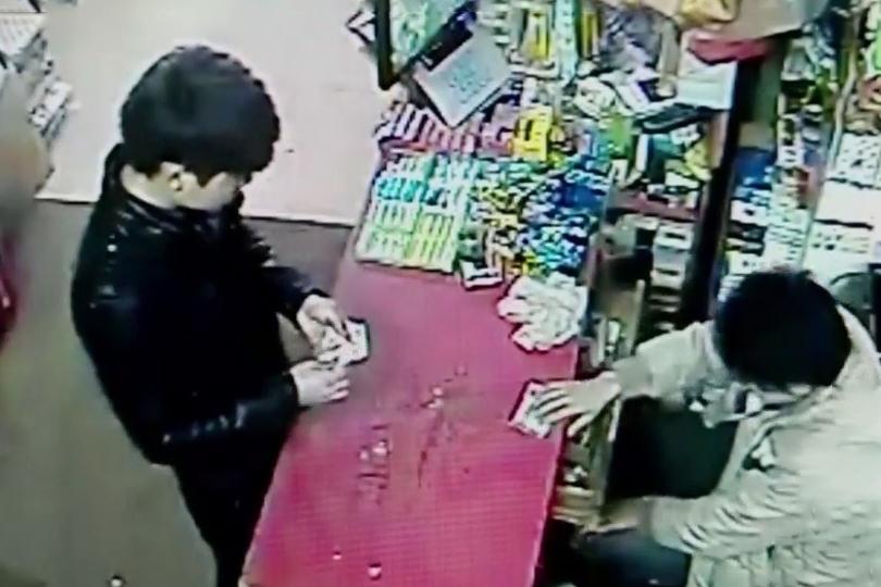 Người áo đen mua thuốc gần trường đại học. Ảnh: CCTV.