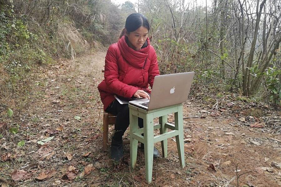 Cô giáo Liao vào rừng dạy online. Ảnh: Xinhua
