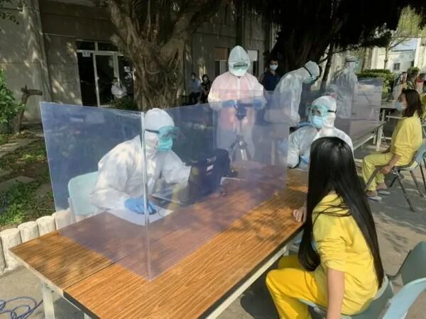 Các phụ nữ người Việt trong nhóm nhập cư lậu được kiểm tra y tế khi đưa vào khu cách ly hôm 21/3. Ảnh: CGA