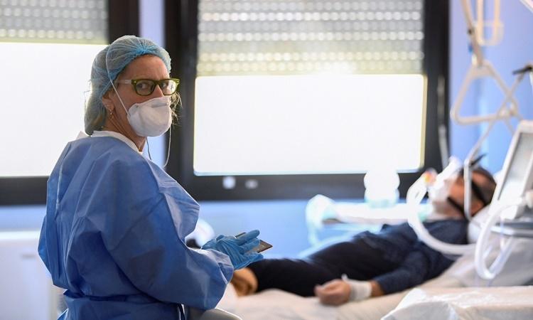 Nhân viên y tế chăm sóc cho một bệnh nhân nhiễm nCoV tại bệnh viện Oglio Po, Cremona, Italy, ngày 19/3. Ảnh: Reuters.