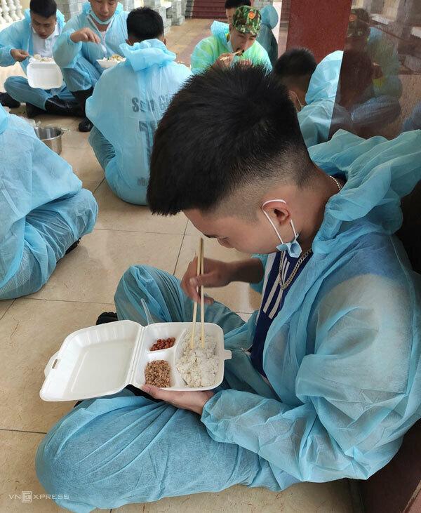 Bữa sáng vội trong trung tâm cách ly, giữa giờ đưa cơm của thiếu uý Trịnh Thế Anh. Ảnh: P.X.