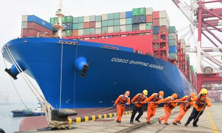 Công nhận giúp neo tàu chở container tại một cảng ở Thanh Đảo, tỉnh Sơn Đông, Trung Quốc, hồi tháng hai. Ảnh: Reuters.