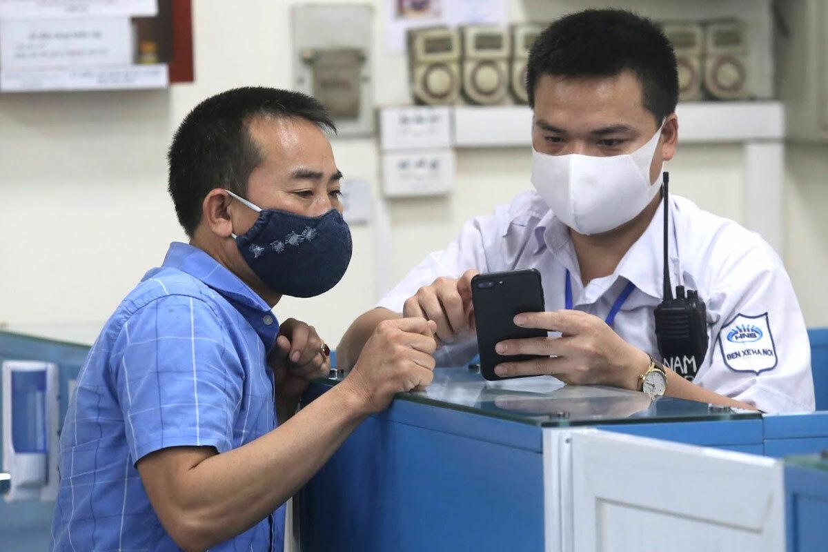 Hành khách được hướng dẫn kê khai y tế tại bến xe Mỹ Đình. Ảnh:Gia Chính.