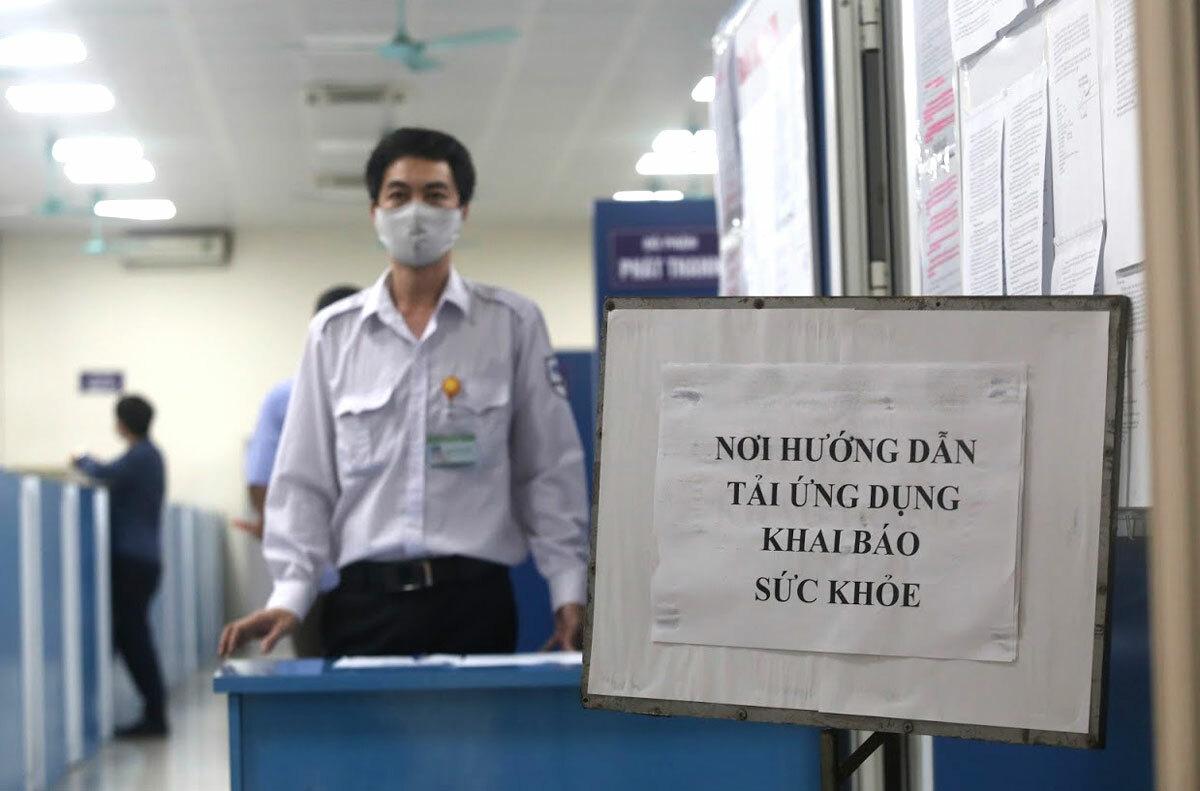 Nhân viên hỗ trợ khai báo y tế tại bến xe Mỹ Đình. Ảnh:Gia Chính.