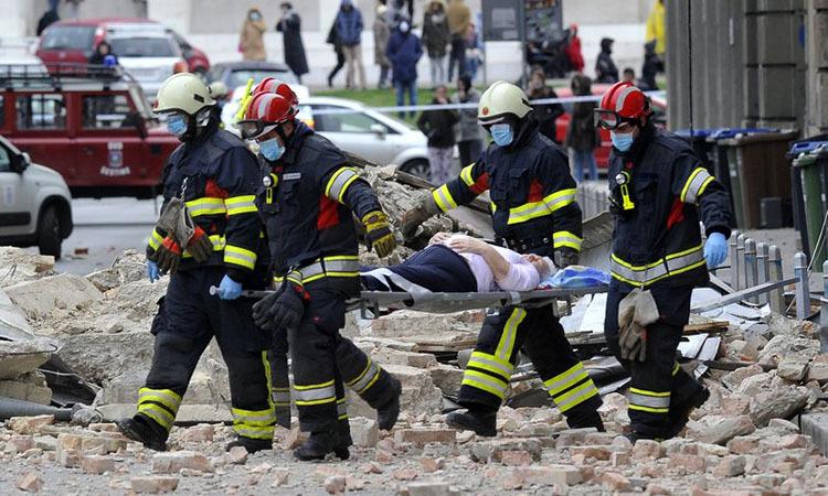 Cứu hộ vận chuyển người bị thương khỏi hiện trường động đất ở Zagreb, Croatia hôm 22/3. Ảnh: AP.