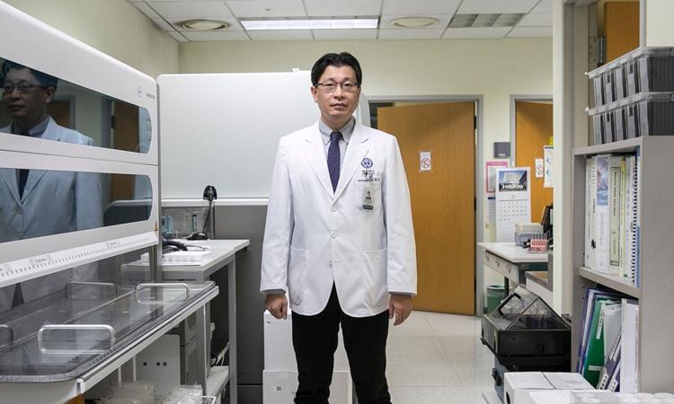 Tiến sĩ Lee Hyuk-min tại phòng thí nghiệm ở Bệnh viện Đại học Y Yonsei, Seoul. Ảnh: WSJ.