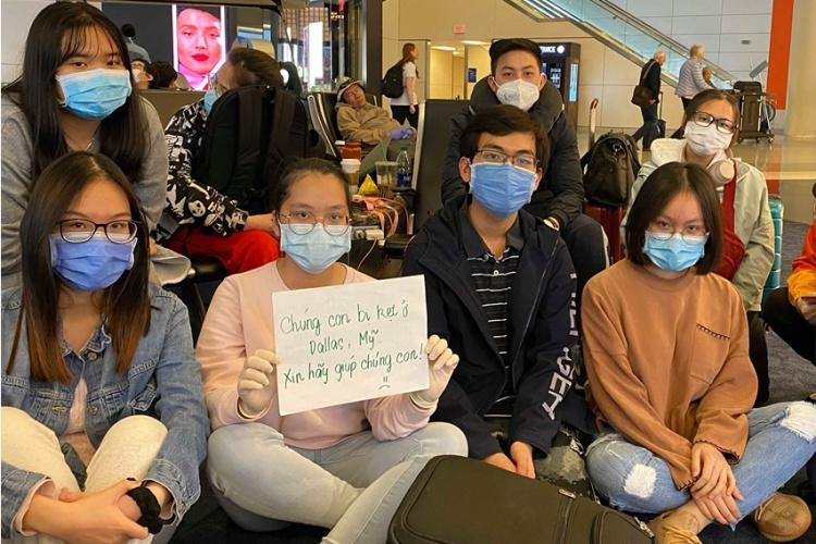 Nhóm sinh viên Việt ở sân bay Dallas, Mỹ,ngày 22/3. Ảnh: Tổng lãnh sự quán Việt Nam tại San Francisco.