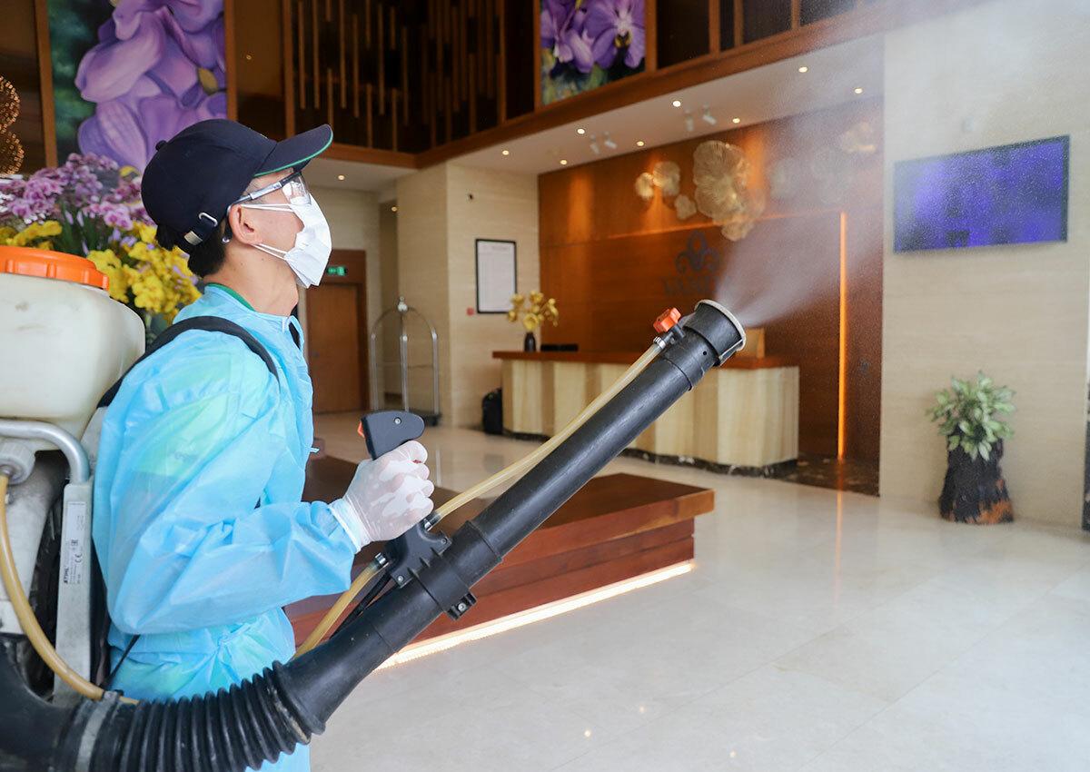 Nhân viên y tế phun khử trùng một cơ sở cách ly tập trung. Ảnh: Nguyễn Đông.