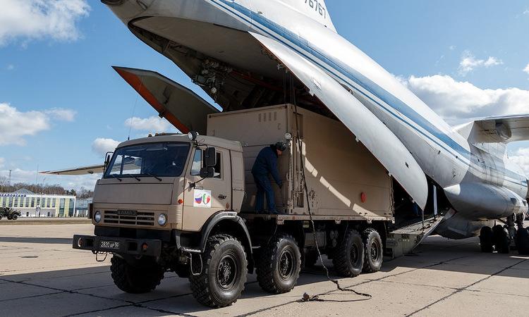 Xe chở thiết bị y tế được chuyển lên máy bay Il-76 hôm 22/3. Ảnh: Bộ Quốc phòng Nga.