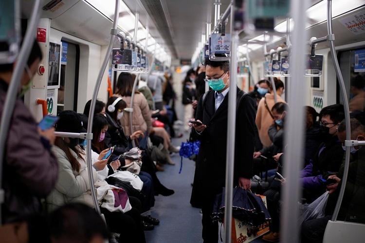 Hành khách trên tàu điện ngầm tại Thượng Hải ngày 9/3. Ảnh: Reuters.