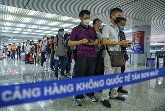 Hành khách nhập cảnh làm thủ tục kiểm dịch tại sân bay Tân Sơn Nhất. Ảnh: Hữu Khoa