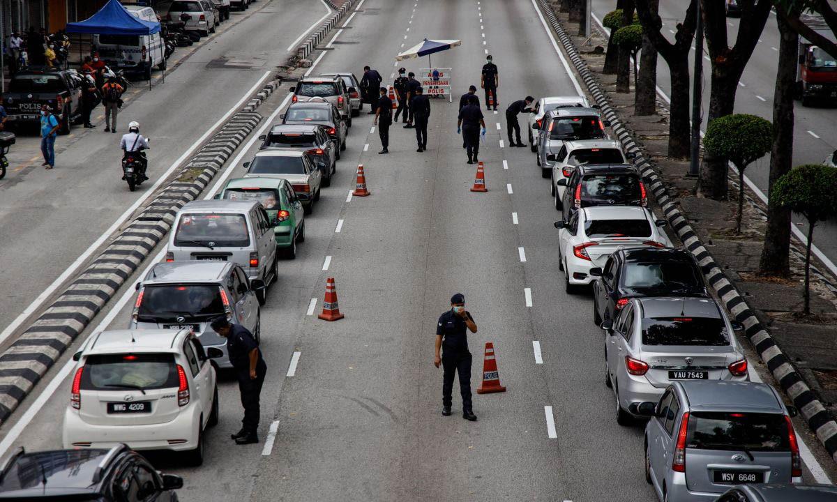 Cảnh sát Malaysia lập chốt chặn trên đường phố. Ảnh: Paultan