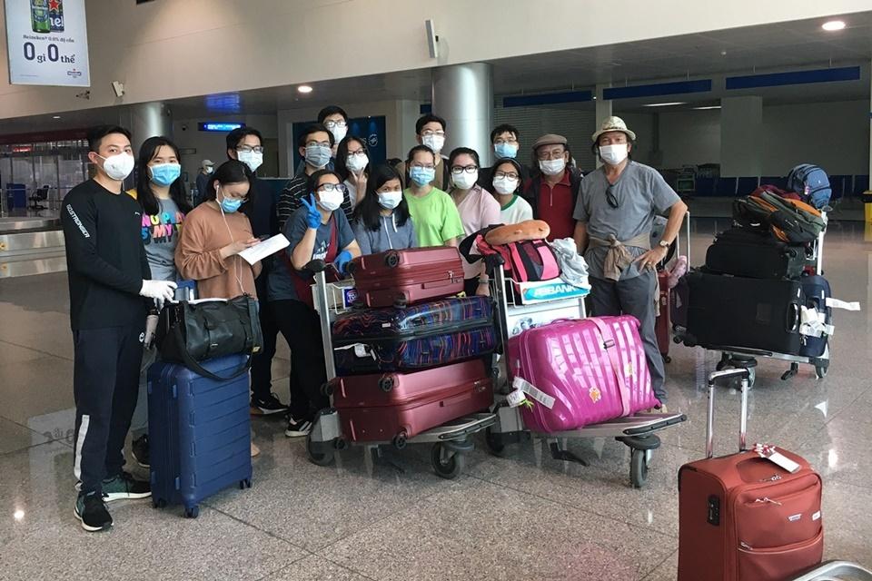 Nhóm du học sinh tại sân bay Tân Sơn Nhất (TP HCM) sáng 24/4.Ảnh: Thanh Thảo