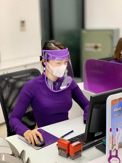 Giao dịch viên TPBank đeo khẩu trang, mũ phòng dịch bệnh để đảm bảo an toàn cho bản thân và khách hàng.