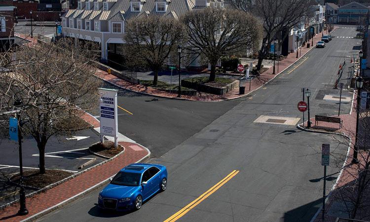 Các cửa hàng trên con phố trung tâm thị trấn Westport, bang Connecticut, Mỹ đóng cửa do Covid-19. Ảnh: NY Times.