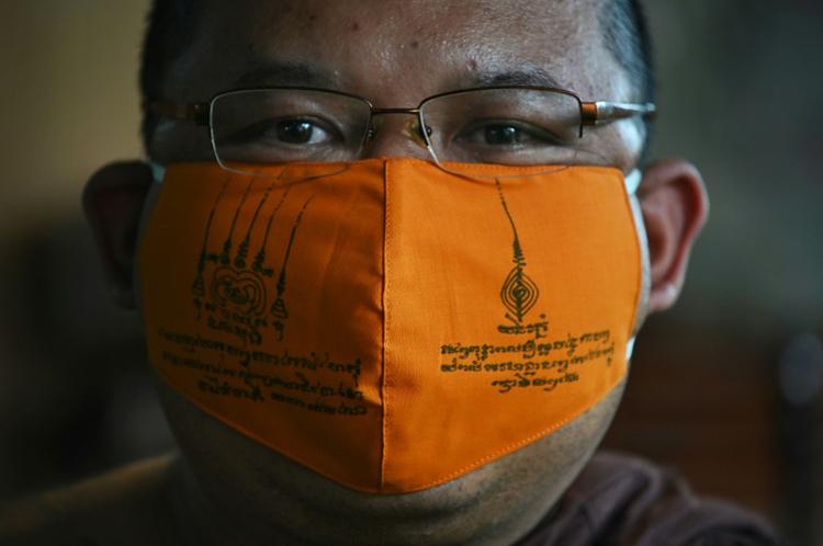 Khẩu trang từ nhựa tái chế do các sư thầy ở chùaChak Daeng sản xuất. Ảnh: AFP.