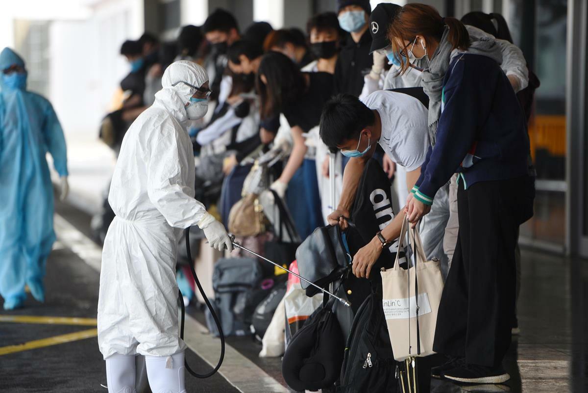 Hành khách xuống sân bay Vân Đồn được thực hiện theo quy trình nghiêm ngặt. Ảnh: Bình Minh