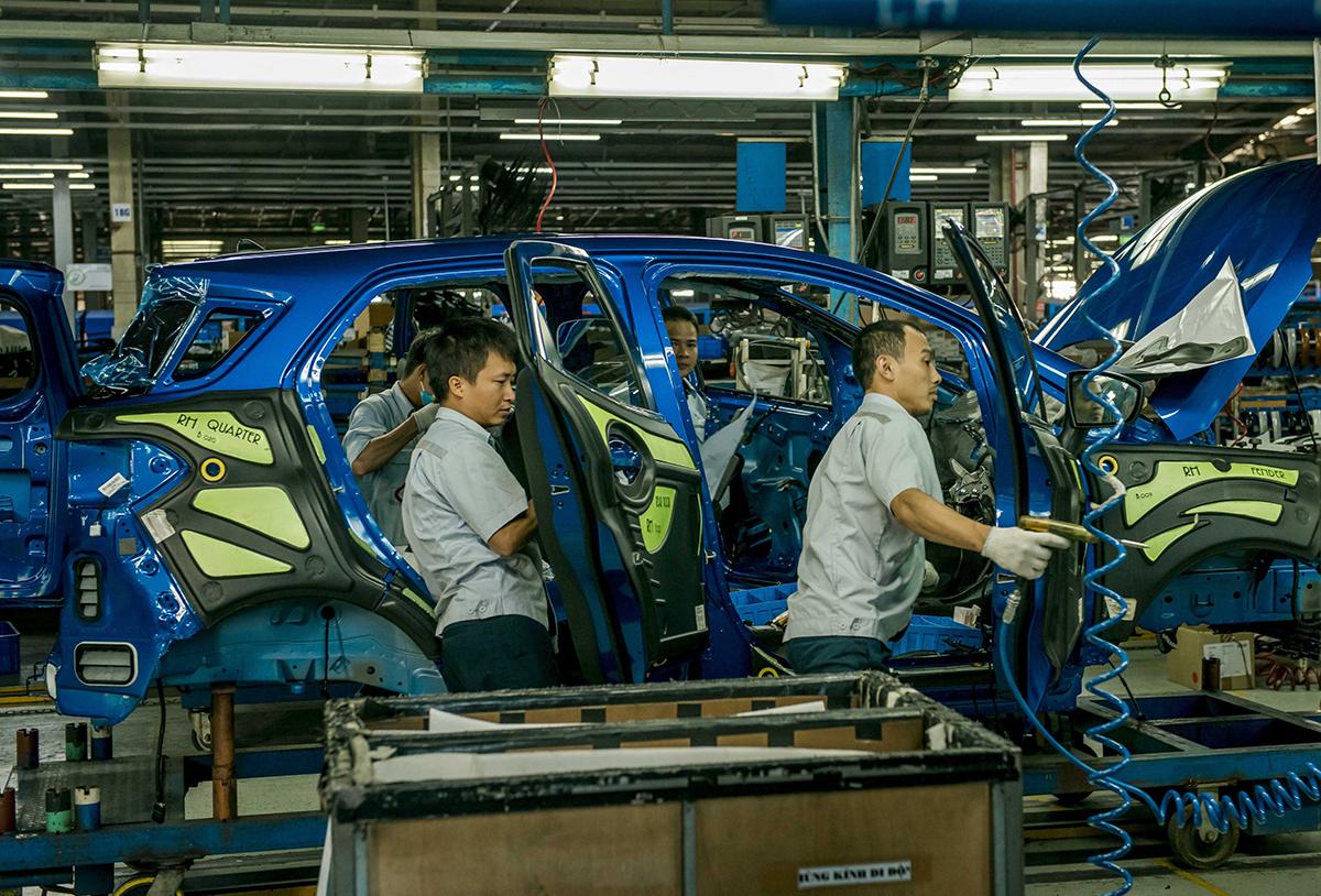 Công nhân sản xuất ở nhà máy Ford tại Hải Dương.