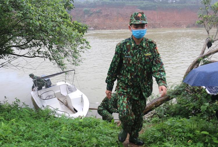 Lê Phúc Nghĩa sau chuyến tuần tra bằng cano trên sông Ka Long, bên kia sông là địa phận của Trung Quốc. Ảnh: TH