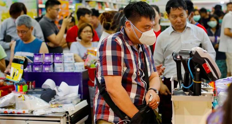 Người dân ở thành phố Yangonđổ xô đến siêu thị mua đồ tích trữ,sau khi có thông tin về hai ca nhiễm nCoV. Ảnh: Reuters