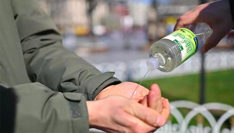Một người dùng nước rửa tay để phòng ngừa nCoV tại quảng trường Sultanahmet, Istanbul, Thổ Nhĩ Kỳ hôm 21/3. Ảnh: AFP