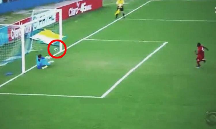 Đổ người sai hướng, thủ môn ăn rùa vẫn cản penalty