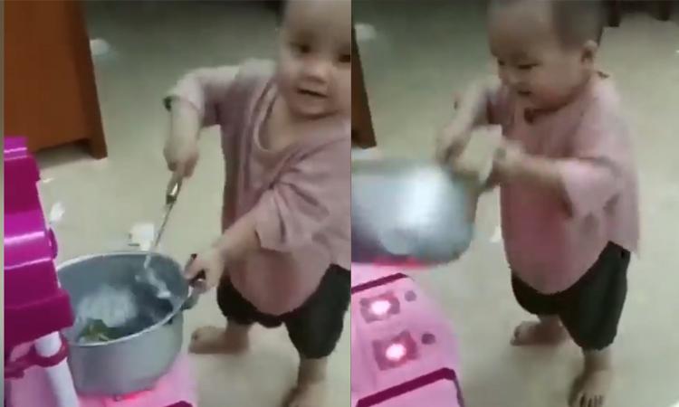 Cậu bé trổ tài nấu ăn khiến người xem trầm trồ