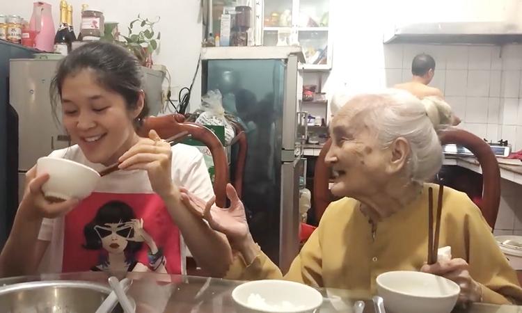 Cụ bà 94 tuổi hát giục cháu gái lấy chồng