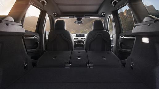 Hàng ghế thứ hai trên BMW X1 có khả năng tùy biến nhằm tăng không gian.
