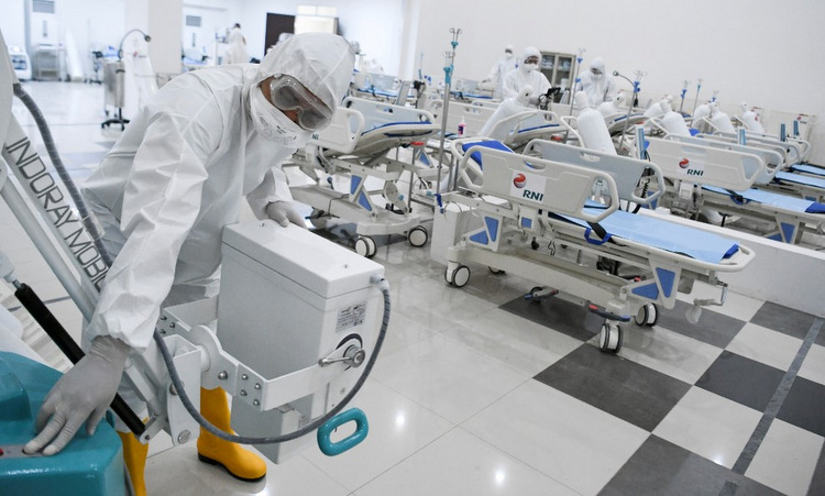 Nhân viên y tế tại bệnh viện dã chiến trong làng vận động viên Asiad hôm 23/3. Ảnh: AFP.