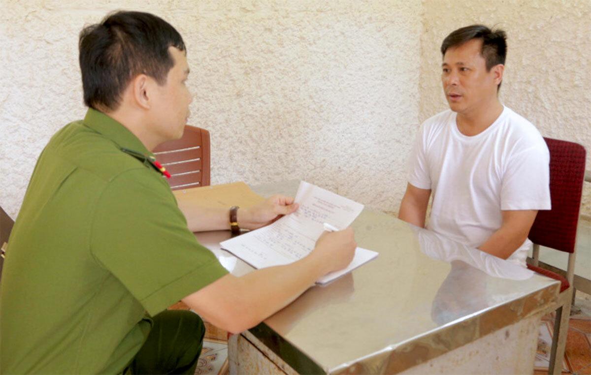 Nghi can Hào (áo trắng) làm việc với cảnh sát. Ảnh: C.A