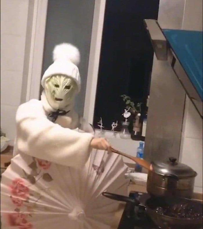 Thanh niên Trung Quốc chế bộ giáp khi nấu ăn - 2