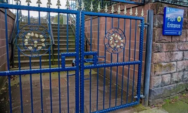 Một trường phổ thông tại Woolton, thành phố Liverpool, đóng cửa sau khi Chính phủ ra lệnh cho học sinh toàn quốc nghỉ học. Ảnh: Peter Byrne/PA.