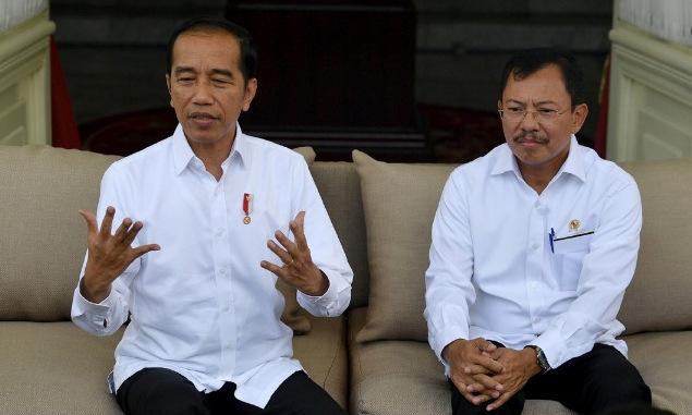 Tổng thống Widodo (trái) và Bộ trưởng Putrano trong cuộc họp báo tại Jakarta chiều nay. Ảnh: Reuters.