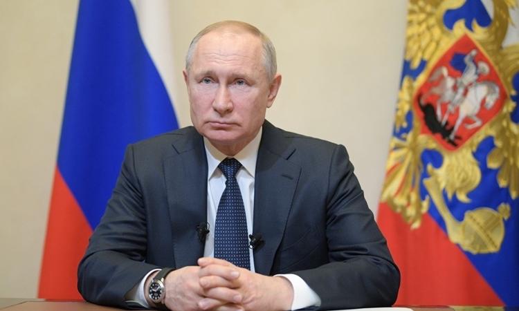 Tổng thống Nga Putin phát biểu về Covid-19 tạiNovo-Ogaryovo, bên ngoài Moskva ngày 25/3. Ảnh: Reuters.
