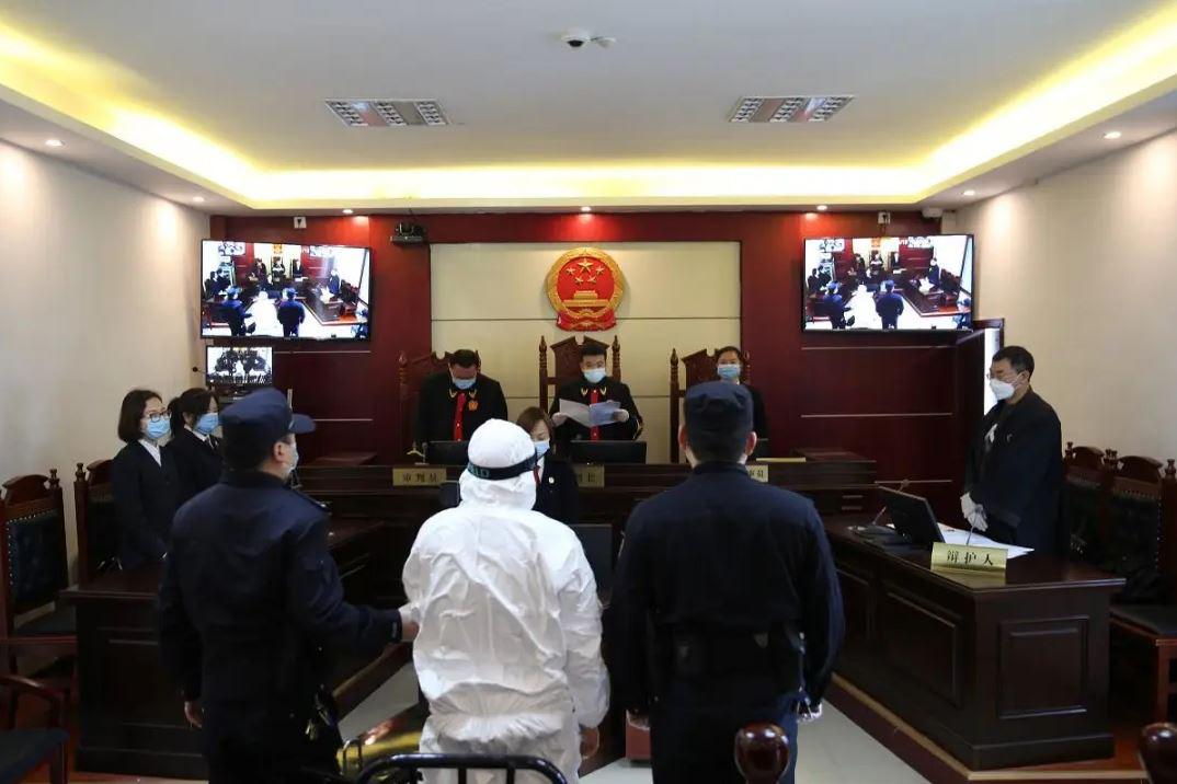 Long Hỉ Hòa (áo trắng) lãnh án tử hình tại tòa. Ảnh: Red Star News.