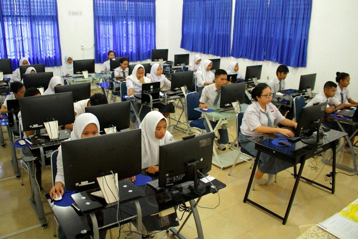 Học sinh Indonesia có thể dự thi quốc gia trực tuyến. Ảnh: Antara/Arnas Padda.