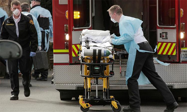 Nhân viên y tế Mỹ lấy cáng ra khỏi xe cứu thương tại viện dưỡng lão Life Care, Kirkland, bang Washington, ngày 5/3. Ảnh: Reuters.