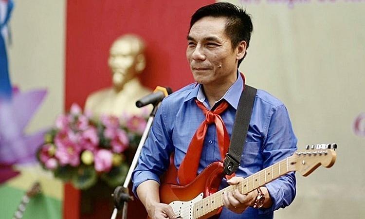 Thầy giáo sáng tác bài hát cổ vũ y bác sĩ chống dịch