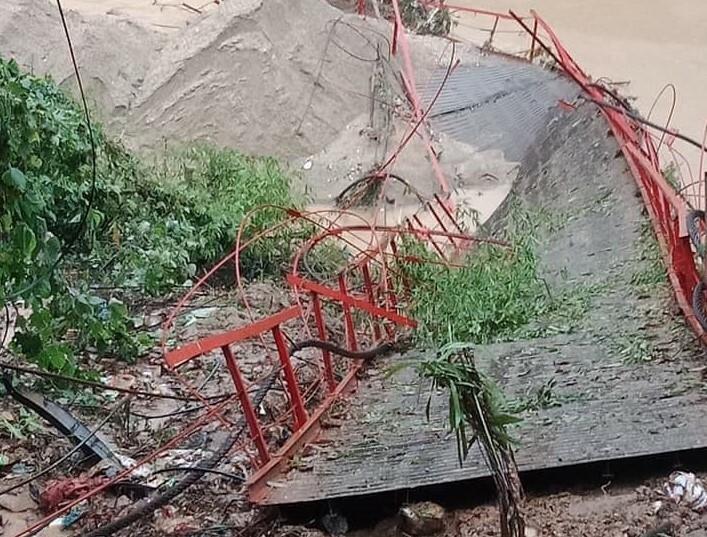 Cầu treo ở huyện Bảo Yên bị đứt cáp. ẢNh: Laocai.