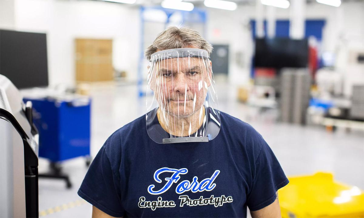 Dave Jacek, kỹ thuật viên in 3D, đeo nón kính bảo hộ y tế được sản xuất theo công nghệ in 3D tại Trung tâm sản xuất tiên tiến của Ford ở Redford, Michigan. Ảnh: Ford