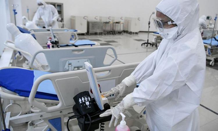 Nhân viên y tế Indonesia tại một bệnh viện khẩn cấp ở Jakarta hôm 23/3, được chuyển đổi từ làng Vận động viên Kemayoran. Ảnh: AFP.